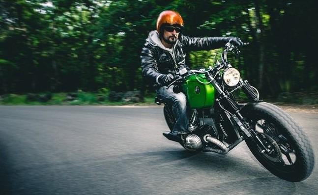 バイクでコーナーを駆け抜ける