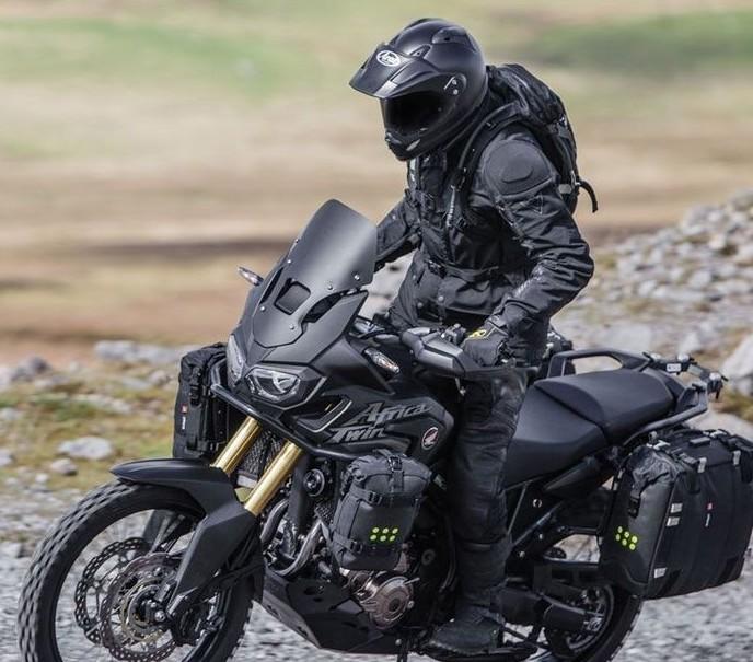 アドベンチャーバイクににピッタリなかっこいいヘルメット