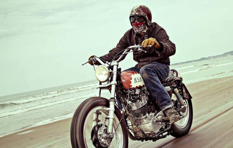 スクランブラーバイクに合うフルフェイスなヘルメットはビンテイジタイプ